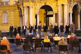 <em>Večer Krležine poezije</em> ispred kazališta