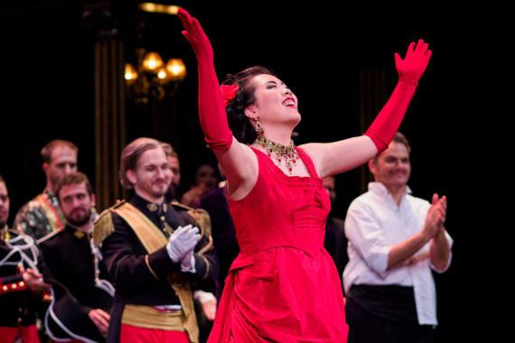 Ovacije publike nakon premijere opere <em>Žena s jezera</em> 1