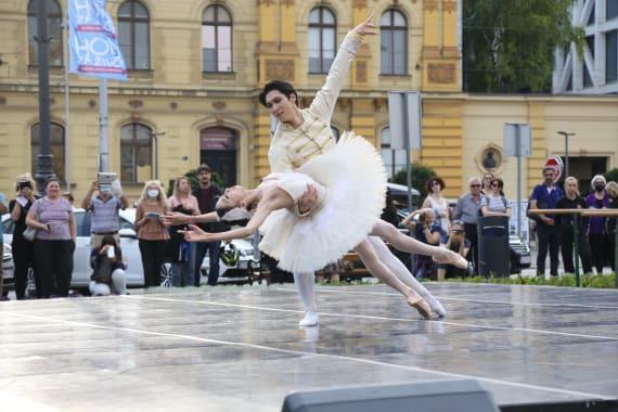<em>Čarolija ljeta</em> ispred kazališta 7