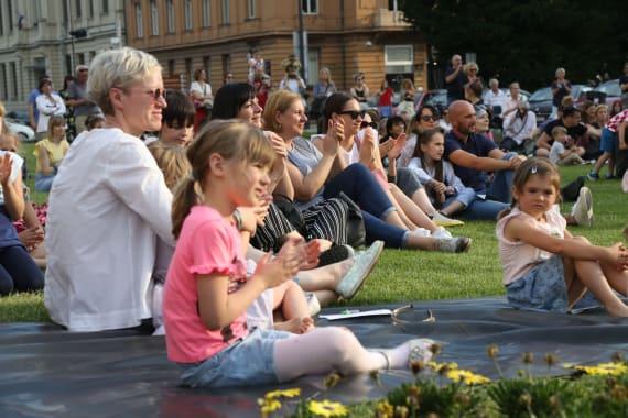 <em>Čarolija ljeta</em> ispred kazališta 12