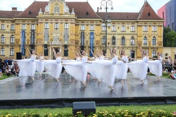 <em> Balet u predvečerje </em> 12
