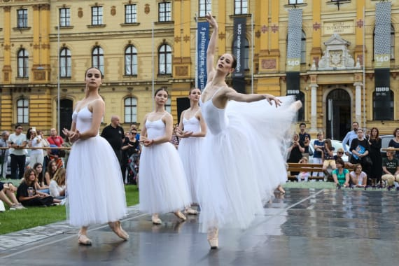 <em> Labuđe jezero </em> i <em> Giselle</em> ispred kazališta