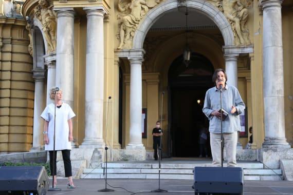 Ansambl Drame i Opere programom <em>Zagrebački rujan</em> nastupao ispred kazališta 8