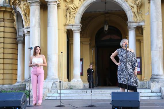 Ansambl Drame i Opere programom <em>Zagrebački rujan</em> nastupao ispred kazališta 4