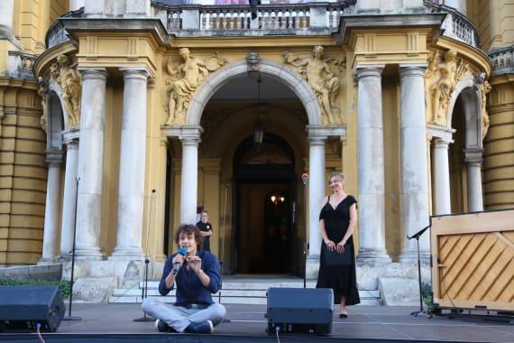 Ansambl Drame i Opere programom <em>Zagrebački rujan</em> nastupao ispred kazališta 5