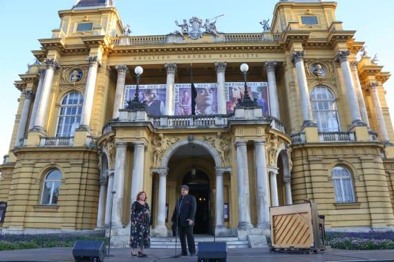 Ansambl Drame i Opere programom <em>Zagrebački rujan</em> nastupao ispred kazališta 11