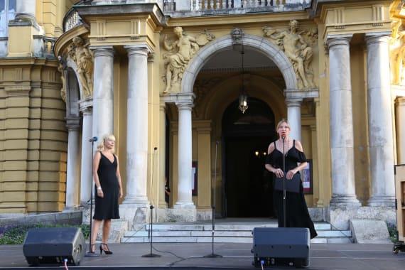 Ansambl Drame i Opere programom <em>Zagrebački rujan</em> nastupao ispred kazališta 14