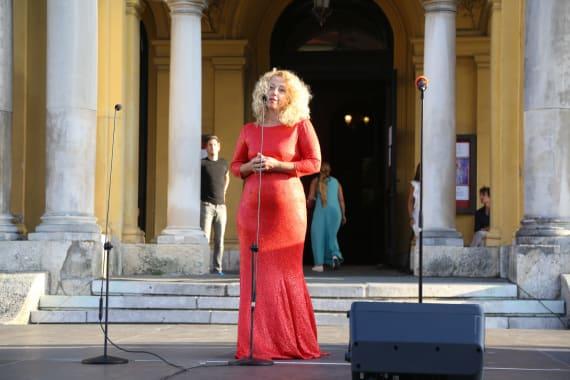Ansambl Drame i Opere programom <em>Zagrebački rujan</em> nastupao ispred kazališta 18