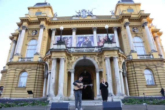 <em>Večer Krležine poezije</em> ispred kazališta 9