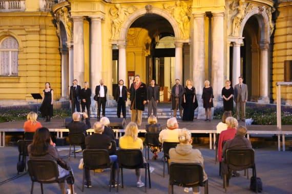 <em>Večer Krležine poezije</em> ispred kazališta 4