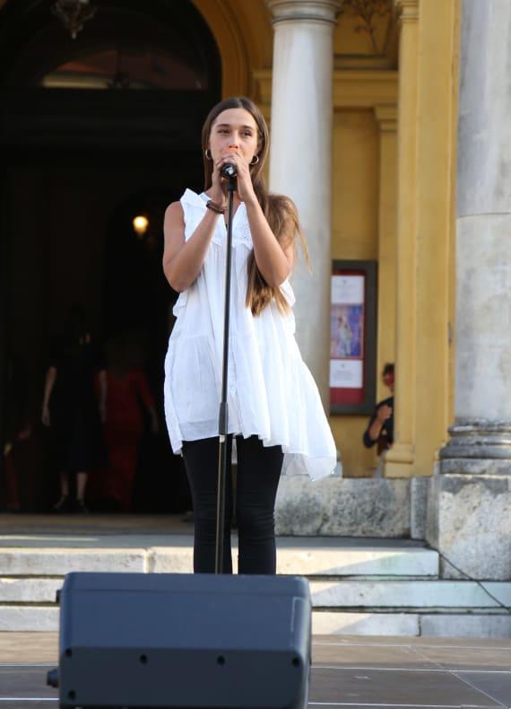 Ansambl Drame i Opere programom <em>Zagrebački rujan</em> nastupao ispred kazališta 12