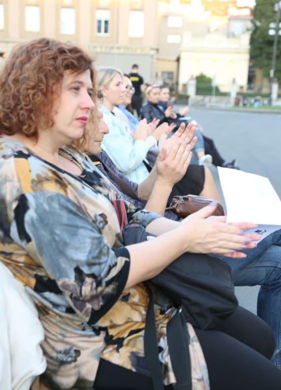 <em>Večer Krležine poezije</em> ispred kazališta 10