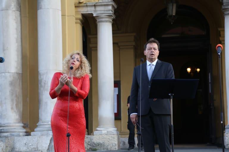 Ansambl Drame i Opere programom <em>Zagrebački rujan</em> nastupao ispred kazališta