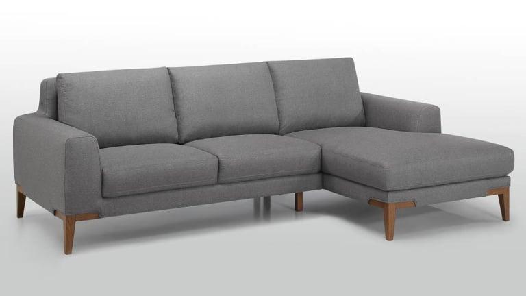 canap d 39 angle haut de gamme en tissu gris et pieds en bois. Black Bedroom Furniture Sets. Home Design Ideas