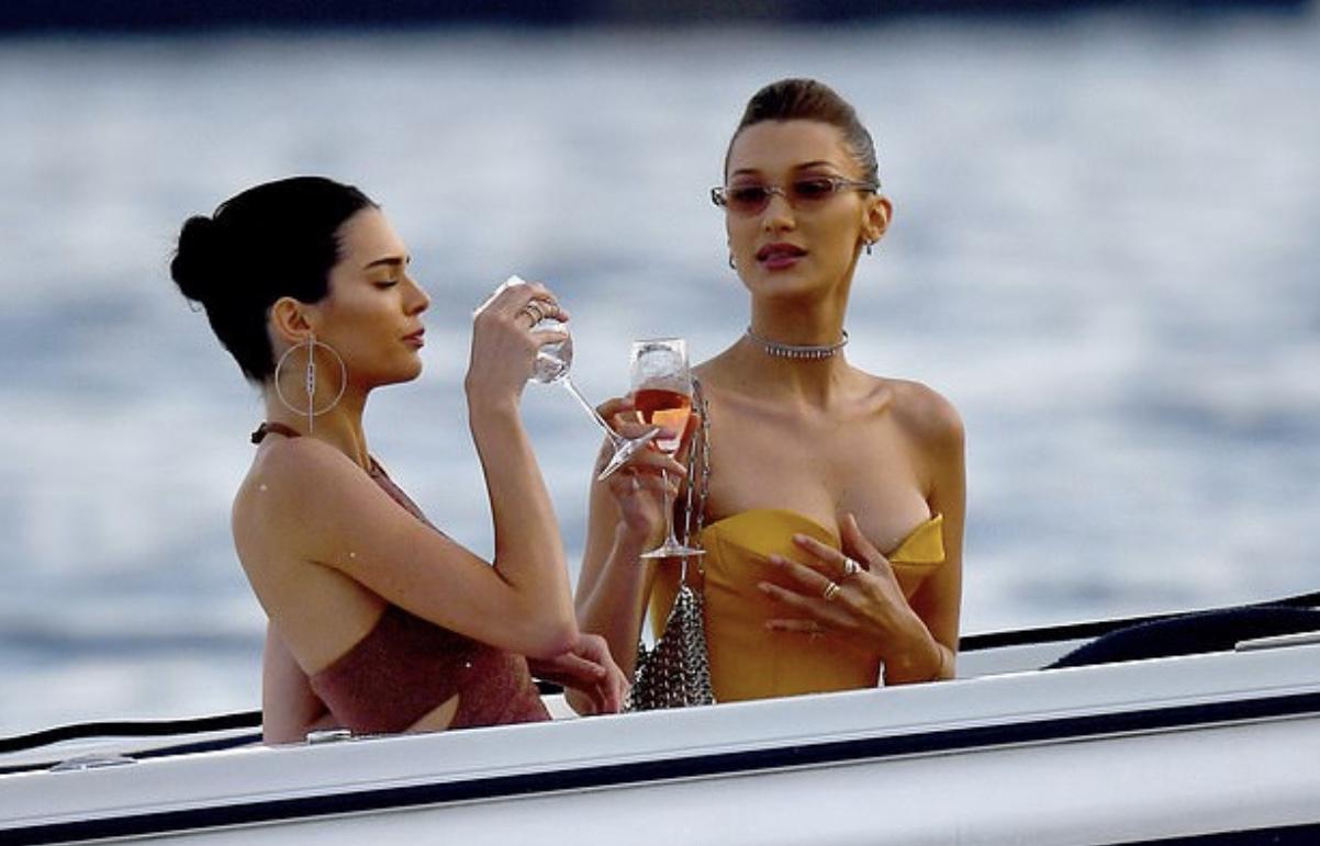 Красиво жить не запретишь: Кендалл Дженнер и Белла Хадид отдыхают на яхте после Каннского фестиваля