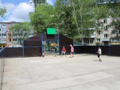 Еще не сданную спортивную площадку «обновили» во дворах Биробиджана юные любители футбола
