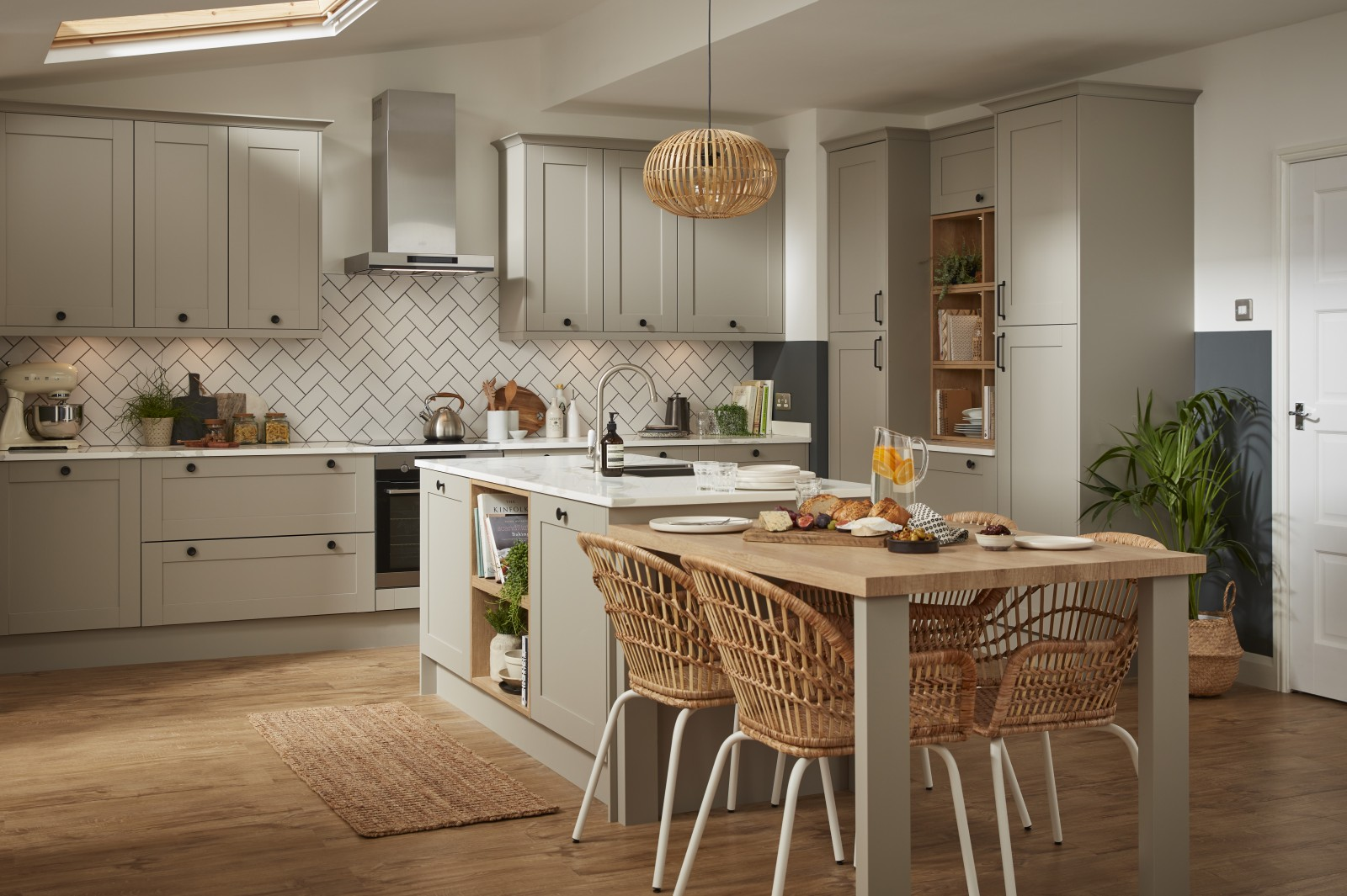Tatton Kitchen by Magnet. A beautiful easy to use kitchen with traditional features with stylish modern touches.