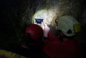 Montiranje označevalnih tablic za jame