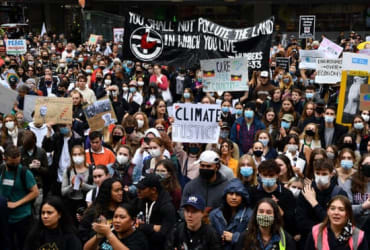 Australia : Thousands of striking school students march in climate change protest across country