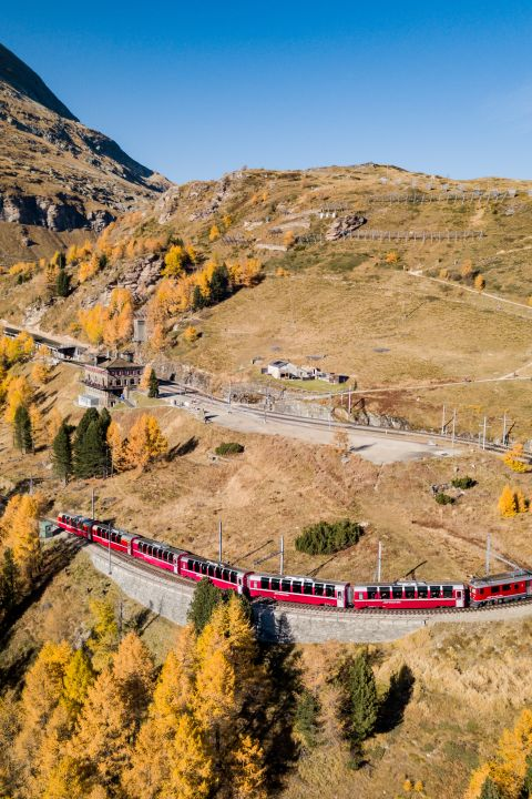 Travel with the postal bus through the most beautiful stretches of Grisons
