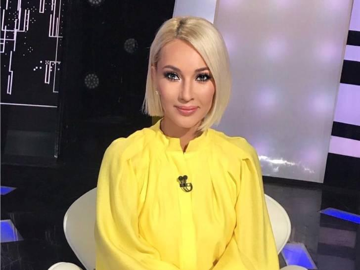 50-летняя Кудрявцева в канареечной блузке с пайетками и модной юбке предстала на съемках шоу