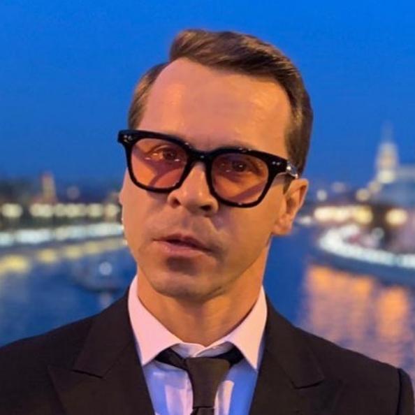 Актер Павел Деревянко призвал бороться с коронавирусом мытьем рук