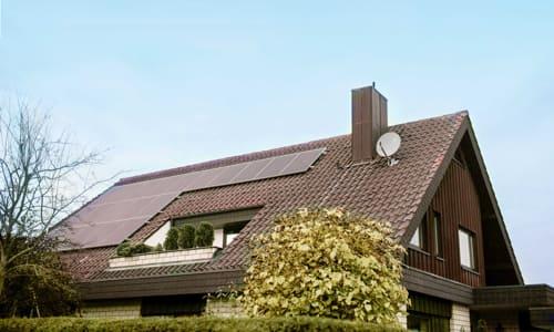 Dach eines Einfamilienhauses mit <strong>EIGEN</strong>SONNE Solaranlage