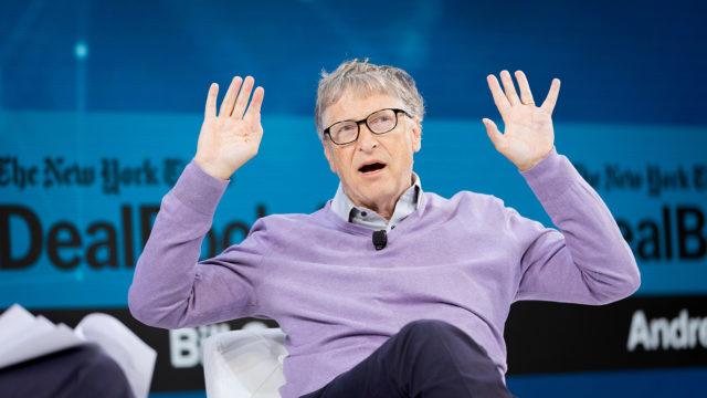 «Меня беспокоит существование всех этих сумасшедших идей»: Билл Гейтс прокомментировал слухи о причастности к созданию коронавируса и чипированию людей