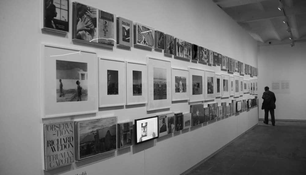 """Photo d'une exposition collective de l'oeuvre de Gabriel Cualladó, intitulée """"Phénomène Livre Photo"""" par CCCB et Fundació Foto Colectania comprenant les photos de Cartier Bresson, Álvarez Bravo et Cuallado"""