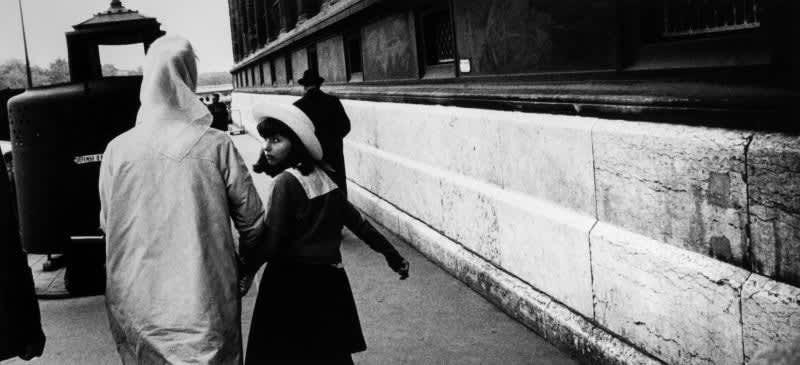 Foto en blanco y negro de Gabriel Cuallado, titulada Mujer de espaldas y niña (Paris)