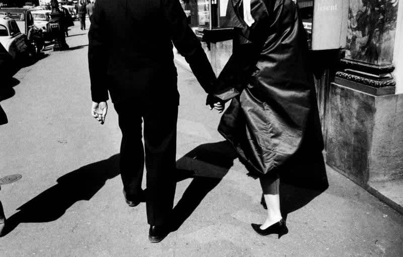 Foto en blanco y negro de Gabriel Cuallado, titulada Pareja de la mano (Paris)