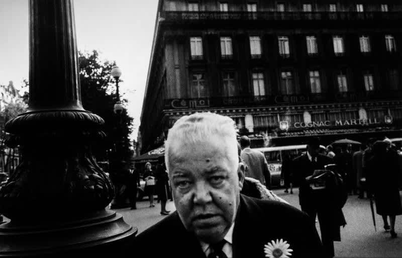 Foto en blanco y negro de Gabriel Cuallado, titulada Cabeza de hombre con margarita (Paris)