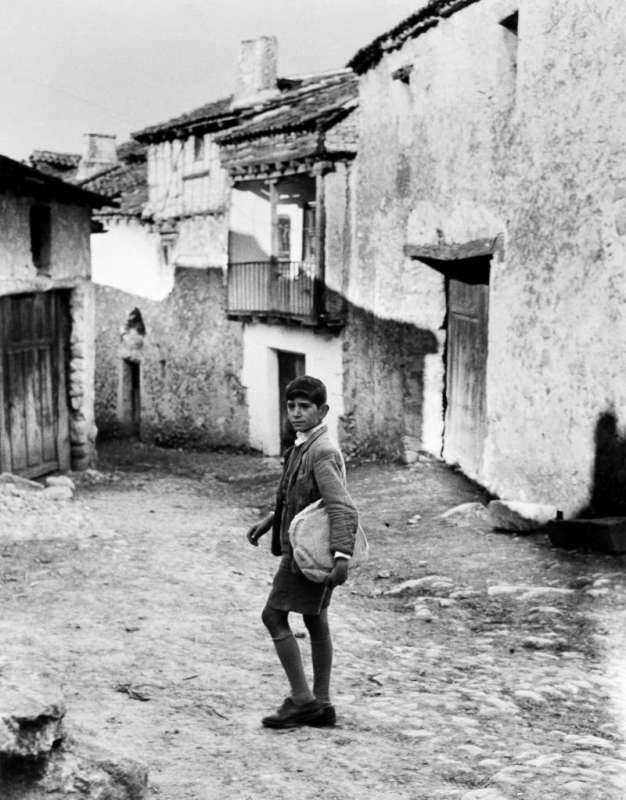 Photo en noir et blanc de Gabriel Cuallado, intitulée Garçon avec pain (au quotidien)