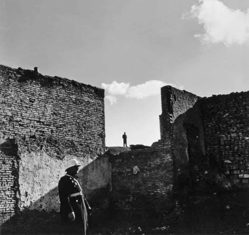 Photo en noir et blanc de Gabriel Cuallado, intitulée Policier urbain et murs (Madrid)