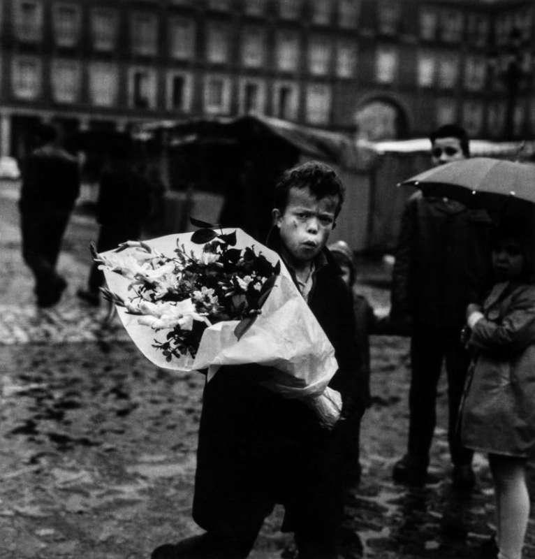 Foto en blanco y negro de Gabriel Cuallado, titulada Hombre con flores (cotidiano)