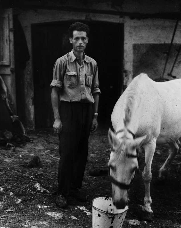Foto en blanco y negro de Gabriel Cuallado, titulada Pepe con caballo blanco (Asturias)
