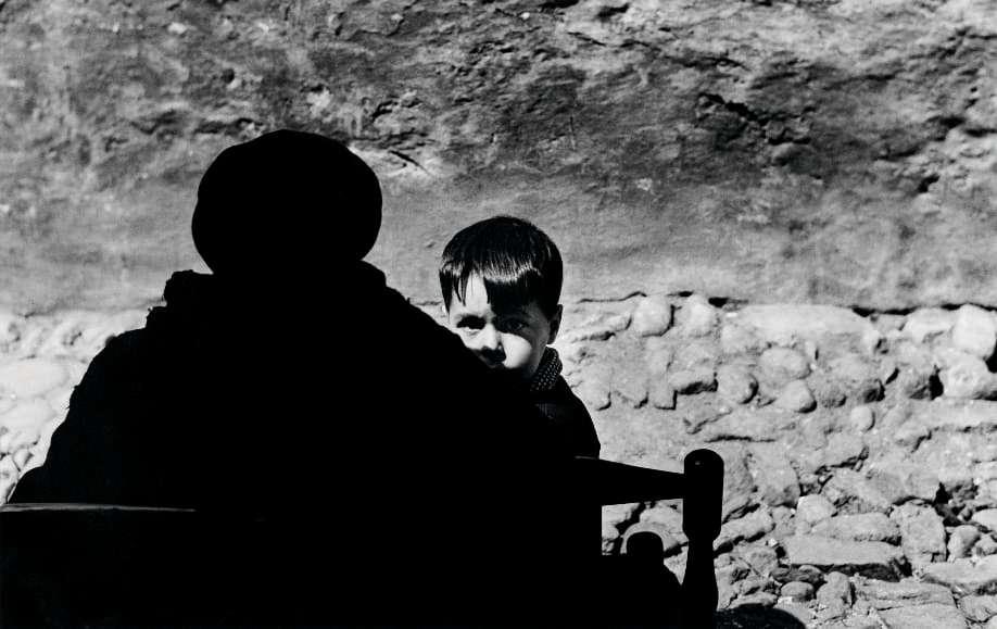 Photo en noir et blanc de Gabriel Cuallado, intitulée Garçon avec femme de dos (au quotidien)