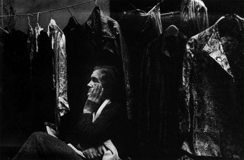 Photo en noir et blanc de Gabriel Cuallado, intitulée Vendeuse pensive (El Rastro)