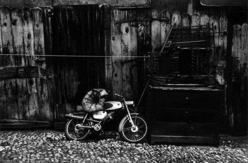 Photo en noir et blanc de Gabriel Cuallado, intitulée La Moto (El Rastro)