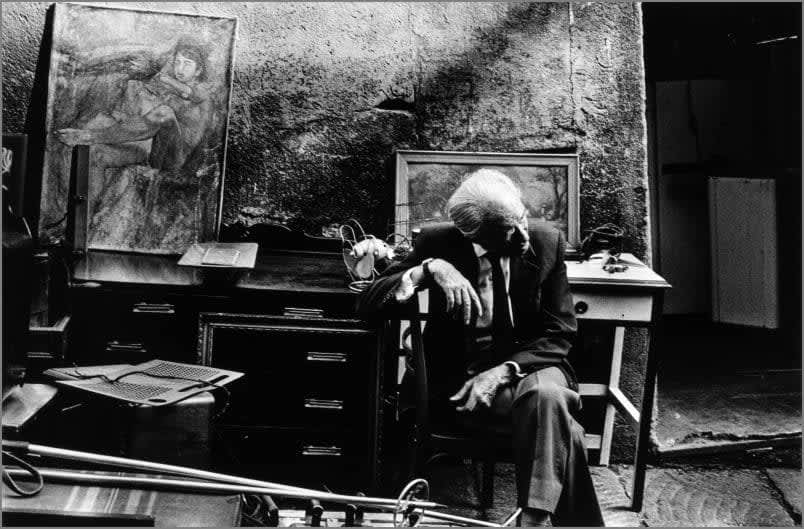 Photo en noir et blanc de Gabriel Cuallado, intitulée Vendeur de cadres (El Rastro)