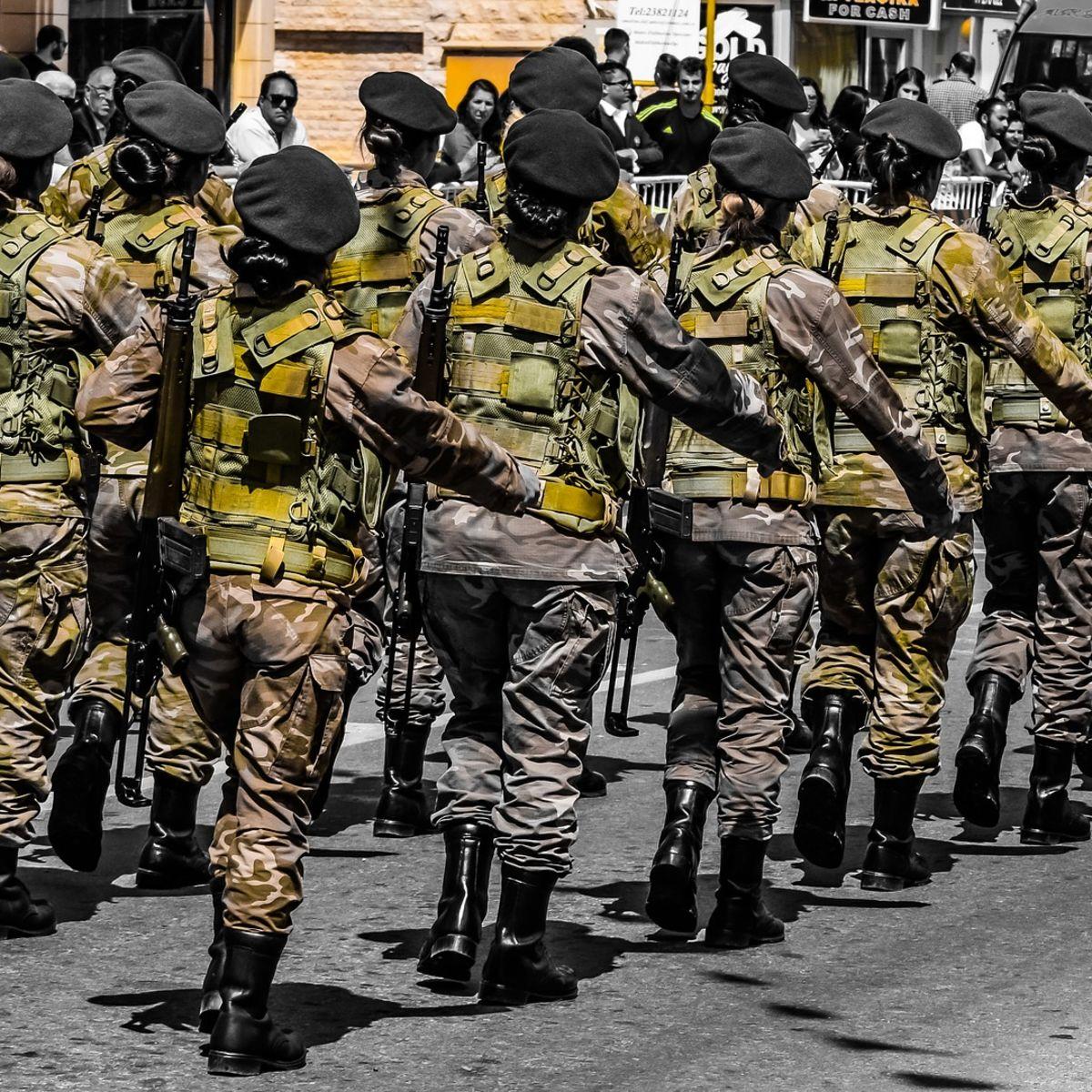 Frauen mit Gewehren in Uniform