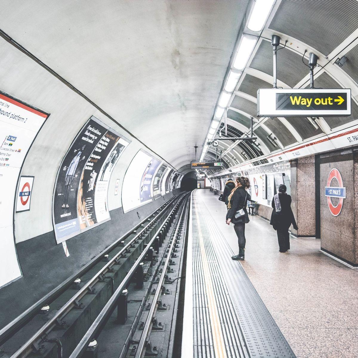 U-Bahn mit Plakaten