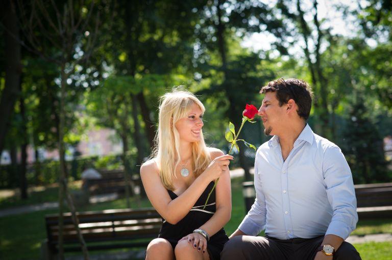 Blondine haut ihrem Mann eine Rose an die Nase