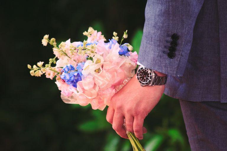 Mann mit Blumen-Strauss