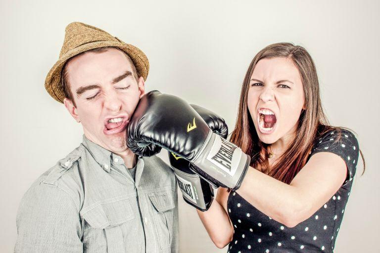 Frau schlägt Mann mit Box-Handschuh - Streit, Paar