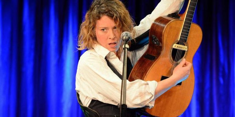 Johanna Zeul mit Gitarre