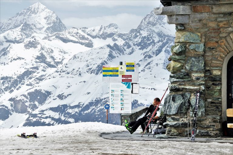 People on a bench, ski, mountains, snow