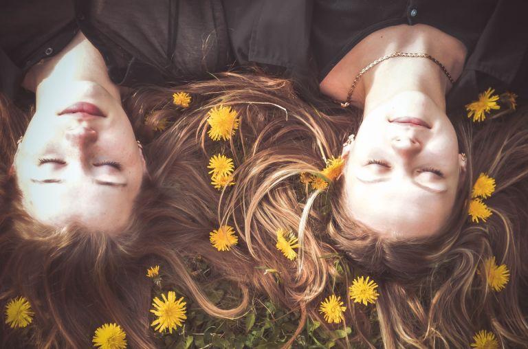 Frauen: Freundinnen schlafen in gelben Blumen