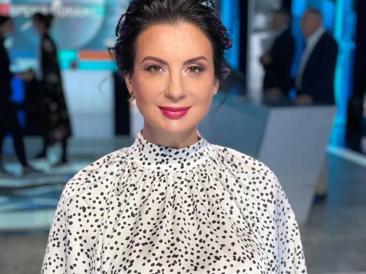 «Женственное и романтичное»: Стриженова в белом кружевном платье макси появилась на работе
