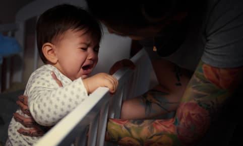 Wie wordt wakker als baby 's nachts huilt?